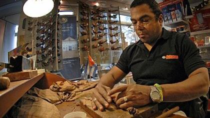 Saul de los Rios zelebrierte mit der Erfahrung von 20 Jahren vor den Augen interessierter Neumarkter die hohe Kunst des Rollens von echten kubanischen Zigarren.
