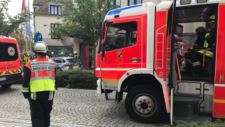 Vor der Rother Sparkasse war ein Großaufgebot von Feuerwehr, Polizei und Rettungsdienst im Einsatz.
