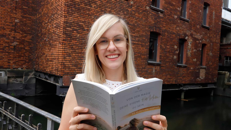 Annehmen, was gerade im Leben ist: Alexandra Woite musste diese Eigenschaft mühsam erwerben und will in ihrem Buch anderen Menschen eine Anleitung geben, wie das eventuell zu schaffen wäre, denn nur so, so die Autorin, findet einer sein Glück.