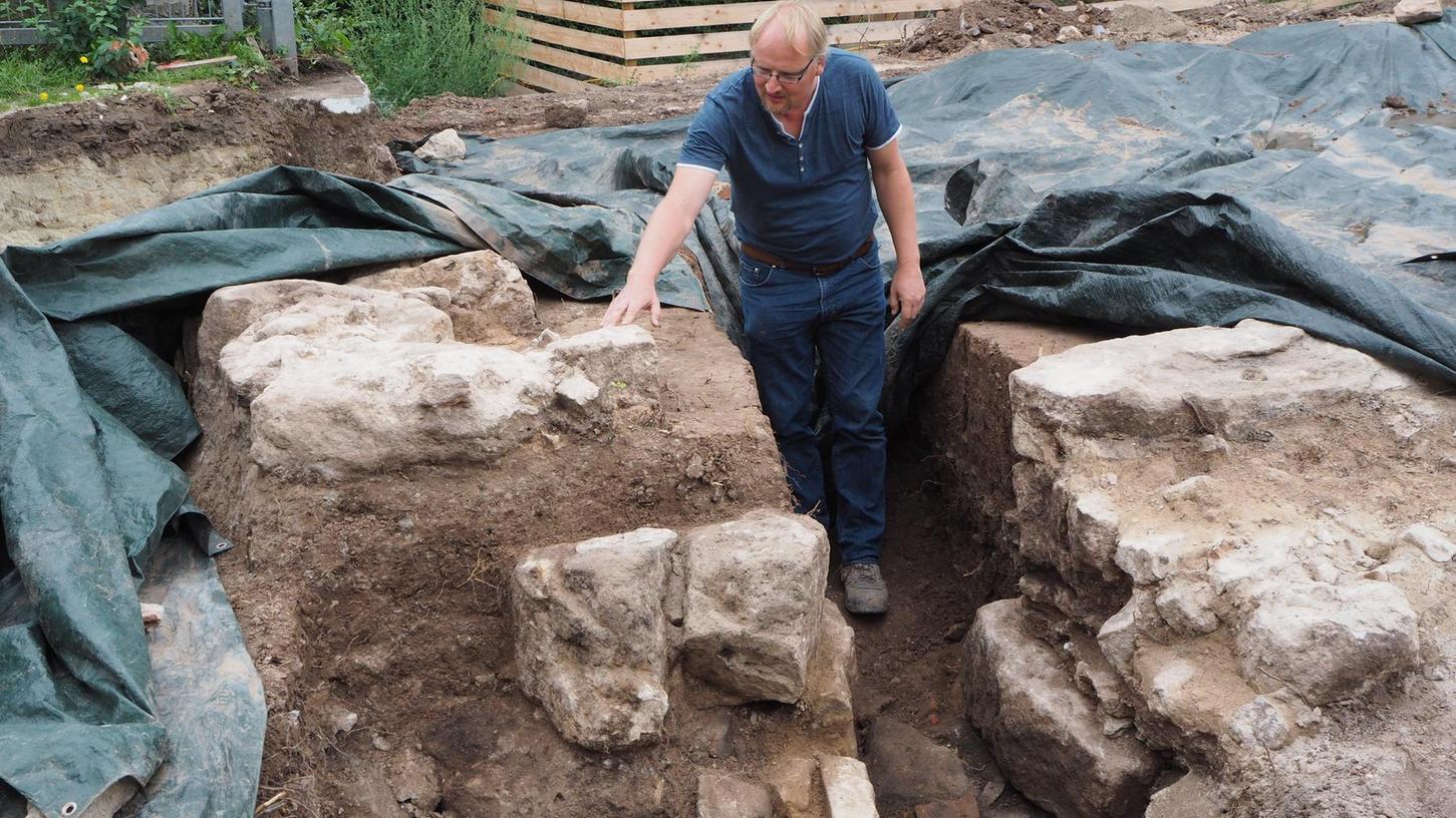 Zeigt das gewaltige freigelegte Fundament: Archäologe Marco Goldhausen. Anhand des Mörtels kann es zeitlich eingegrenzt werden.