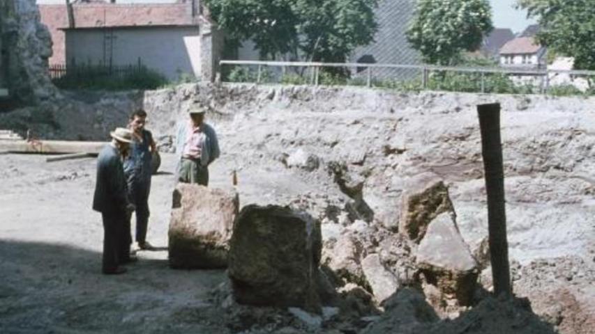 Herzogenauracher Bauarbeiten 1964: Schon seinerzeit wurde deutlich, auf welch massivem Untergrund der Rathausbau errichtet wurde.