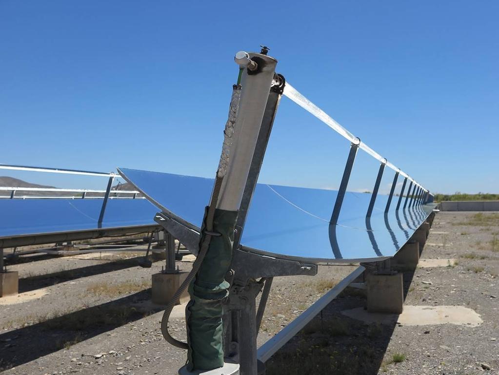 Mit riesigen Parabolrinnen-Kraftwerken soll in den Wüsten die Energie für die Meerwasserentsalzungsanlagen erzeugt werden.
