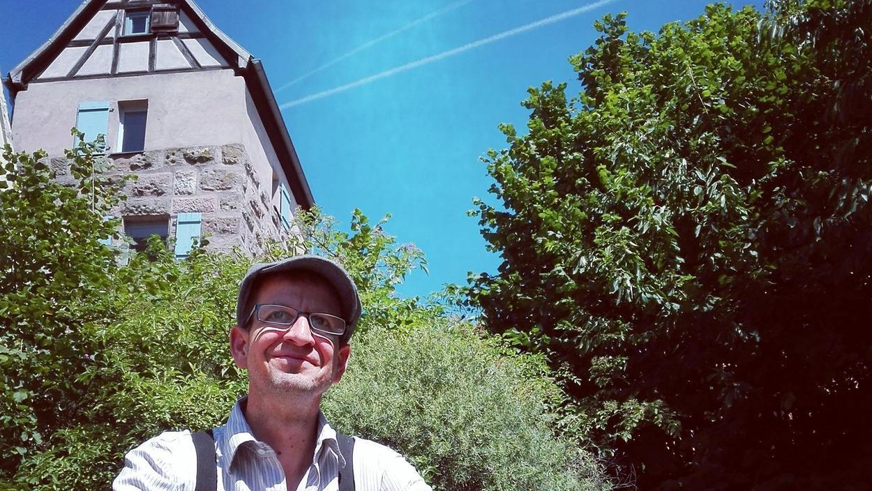 Der 43-jährige Fürther Schriftsteller vor seiner künftigen Wirkungsstätte auf Zeit, dem Ostturm der Burg Abenberg.