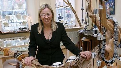 Mit ihrem Schmuck und vielen originalen und originellen Präsenten aus Australien macht Moira Drexler im «Australiss» neugierig.