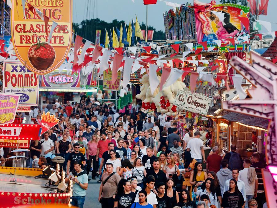 Ganze 400.000 Besucher drängten sich am ersten Wochenende zwischen Buden, Fahrgeschäften und Festzelten auf dem Areal am Dutzendteich.