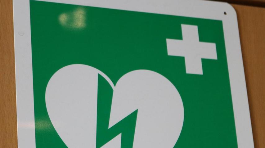 Dieses Symbol kennzeichnet die Standorte von Defibrillatoren.