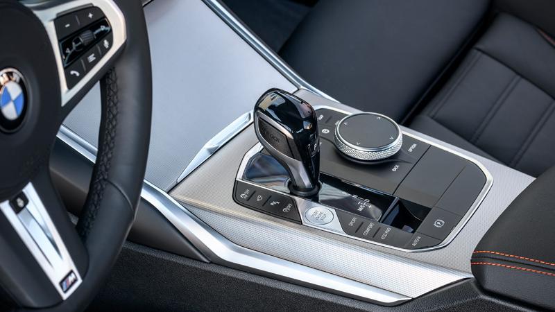 bei der Bedienung des Infotainments ist BMW noch immer Benchmark. Die umfangreichen Funktionen lassen sich, teils gegen Aufpreis, per Touch, über den markentypischen i-Drive-Controller (Foto), über Lenkradtasten sowie via Gestik- oder Sprachsteuerung ansteuern.