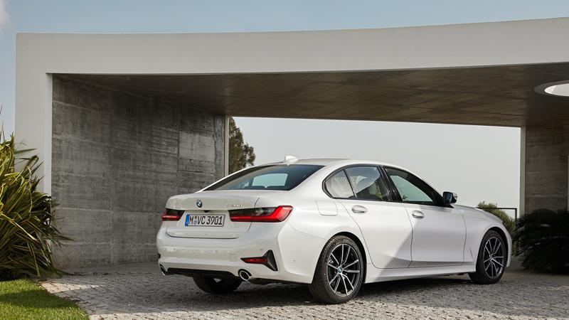 Der 320d kostet ab 40.450 Euro. Das wird aber kaum einem Kunden reichen. Füttert er den Konfigurator mit den wichtigsten Extras, dürfte dieser mindestens einen Preis von 50.000 Euro ausspucken.