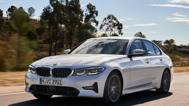 Als Sportlimousine ist der 3er ein Klassiker, auch in siebter Generation hat er seinen Wiedererkennungswert behalten. Auf 4,71 Meter streckt sich der Münchner nun, das sind durchaus stattliche Maße, Front und Heck tragen scharfe Züge, die schmalen Scheinwerfer-Augen (serienmäßig mit LEDs, Laserlicht kostet extra) und die breite BMW-Niere unterstreichen den sportlichen Auftritt.