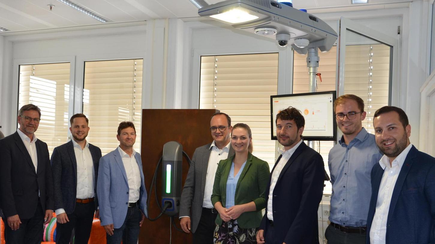 Ein Projekt der Zukunft: Staatsministerin Judith Gerlach ließ sich die intelligente Straßenleuchte mit Ladesäule von den Geschäftsführern und Entwicklungsingenieuren der Firmen RF Plast und Dezony vorstellen.