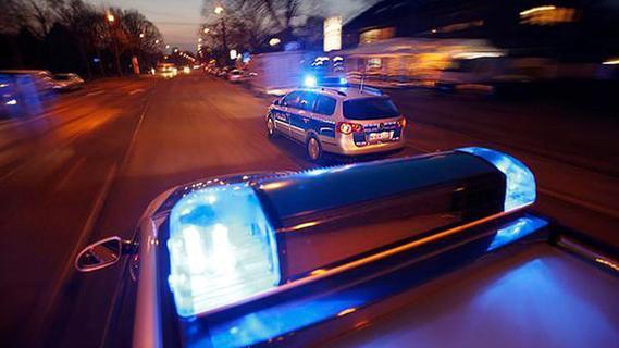 Attacke mit Stöcken: Mann wird schwer verletzt und rettet sich in U-Bahn