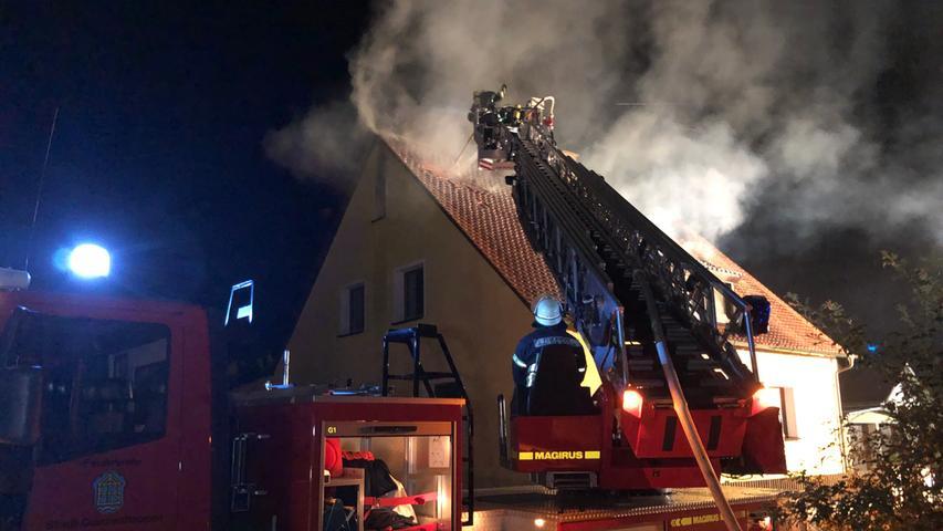 Eine schwarze Rauchsäule stand in der Nacht von Mittwoch auf Donnerstag (29.08.2019) über Muhr am See (Lkr. Weißenburg-Gunzenhausen). Aus ungeklärter Ursache stand der Dachstuhl eines Wohnhauses in der Freiherr-von-Lentersheim Straße in Flammen.Die Feuerwehr rückte kurz vor 3 Uhr in der Nacht mit einem größeren Aufgebot an Einsatzkräften und einer Drehleiter an. Während im Inneren des Dachgeschosses die Flammen loderten, leitete die Feuerwehr die Löscharbeiten ein.