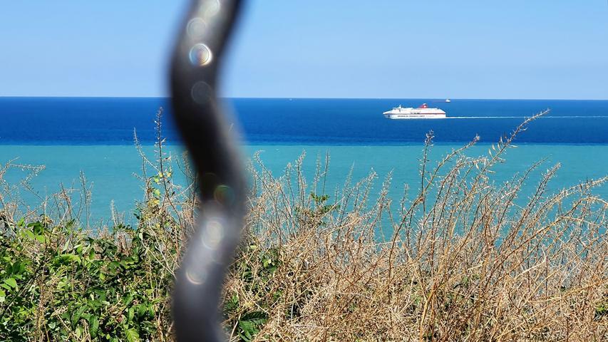 Beim Warten auf die Fähre verbringen wir einen schönen Tag mit der Besichtigung Anconas. Gegen Nachmittag kommt das Schnellschiff von Minoan aus Igoumenitsa an und läuft auf den Hafen zu. Noch ein paar Stunden bleiben uns, bis wir an Bord dürfen. Die meisten fliegen nach Griechenland und suchen weiße Häuser über blauem Meer. Wir haben das Land authentisch erfahren, als Familie im Camper im unbekannteren Nordwesten. Die Anreise haben wir mit Camping an Bord auf der Fähre verkürzt. Eine tolle Tour durch Epirus und auf die Insel Lefkada. Tolle Strände gab´s trotzdem, aber auch tiefe Schluchten und verwunschene Wanderdörfer.