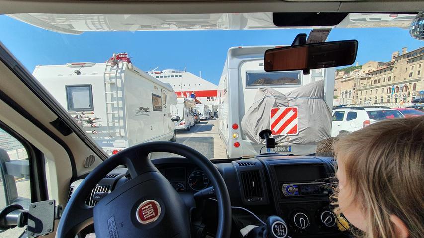 Wir warten geduldig, bis wir aufs Schiff dürfen. Um 17 Uhr legt die Fähre von Minoan in Ancona ab.