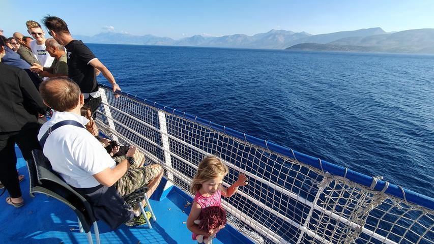 Am nächsten Morgen blicken alle gebannt auf die albanische Küste, die an ihnen vor der Einfahrt in Igoumenitsa vorüberzieht.