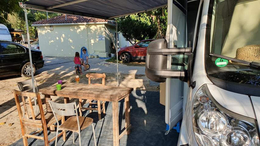 Auf dem Campingplatz Valtos Beach haben die Betreiber griechische Stühle und Tische bereitgestellt, wie man sie sonst in den Tavernen findet. So kommt gleich Griechenland-Feeling auf.
