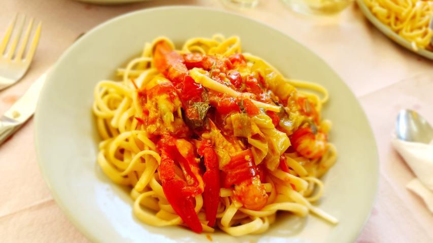 Für den selben Betrag gönnen wir uns lieber einen Teller Pasta mit Krebsen. Die Tiere wurden vorher frisch im See gefangen.