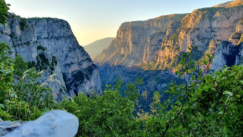 Höhepunkt der Region ist der Blick vom Vikos-Balkon bei Monodendrion hinunter in die Vikos-Schlucht - mit 1000 Metern Tiefe ist sie die tiefste Europas.