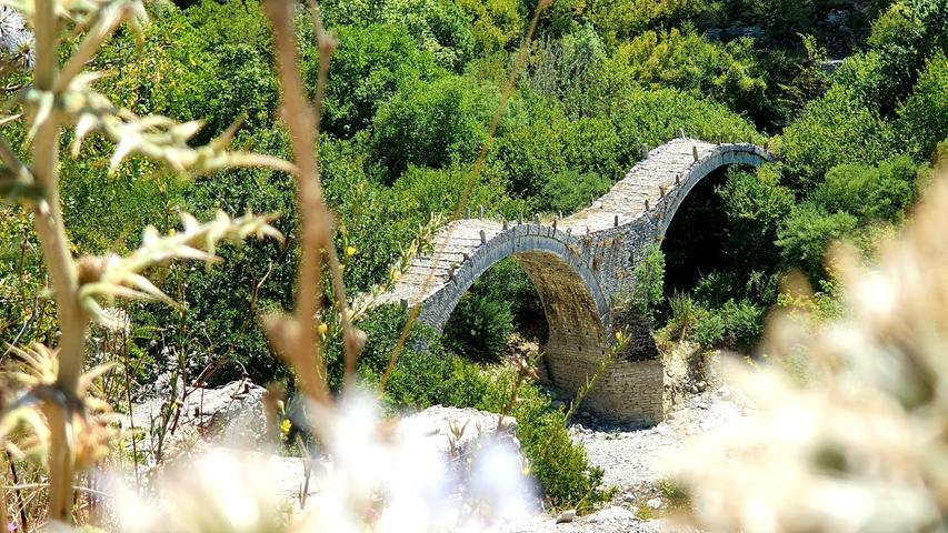 Nahe Kipi führen mehrere osmanische Bogenbrücken über die Bäche.