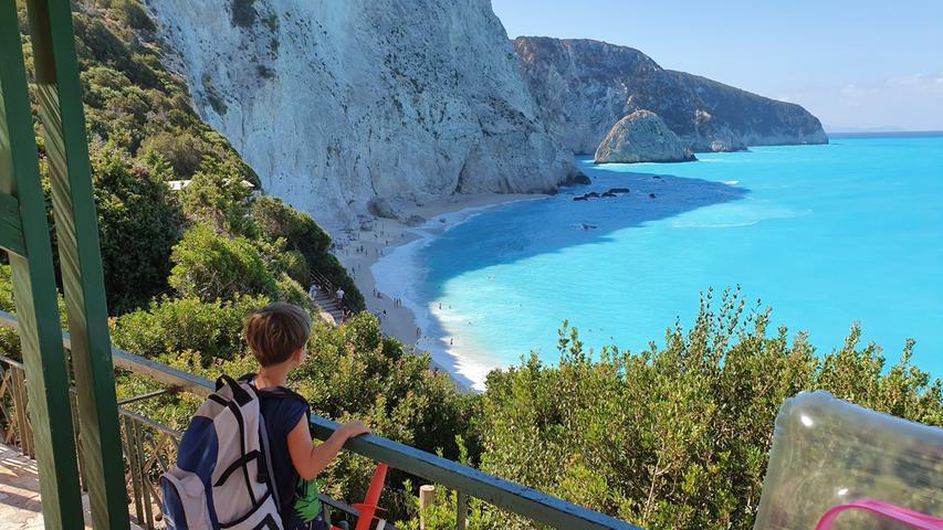 Die nahe ionische Insel Lefkada hat einige der schönsten Strände Griechenlands. Hier Porto Katsiki, das so steil im Hang liegt, dass man den Parkplatz am besten nur früh am morgen anfährt - sonst bleibt man im Gegenverkehr stecken oder findet keinen Platz mehr.
