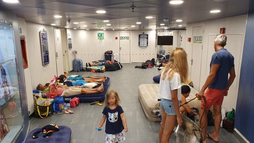 Auch in den Zwischendecks und Treppenhäuser legen sich die meisten Passagiere schlafen für die 16-stündige Überfahrt.