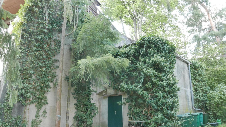 Allen Sprengungsversuchen widersetzte sich der Unterfarrnbacher Bunker. Deshalb wurde Ende der 1990er Jahre kurzerhand ein modernes Einfamilienhaus quer auf die Decke des teilweise eingestürzten Betonkolosses gesetzt.