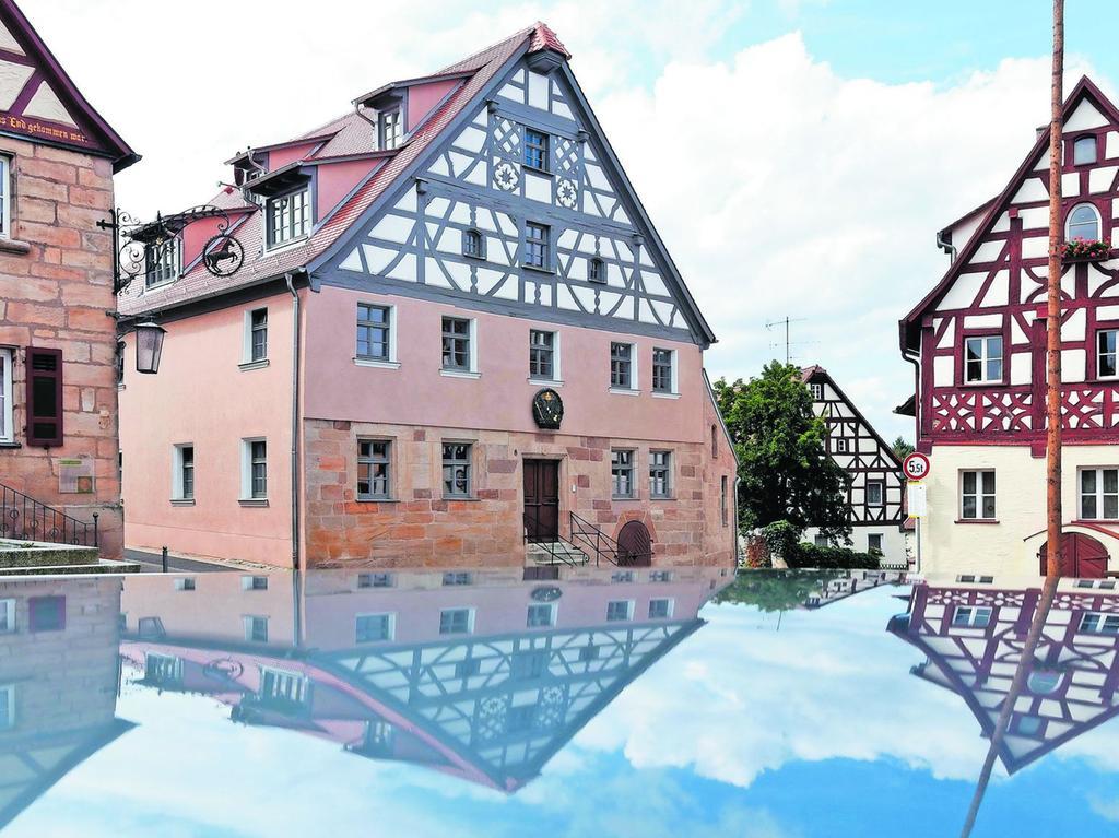 """""""Ortsbildprägend"""", mit diesem Etikett bedenken Denkmalschutzexperten Gebäude wie das ehemalige Wirtshaus am Cadolzburger Marktplatz, das seit seiner Generalsanierung Wohnraum bietet."""