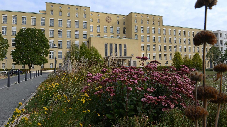Der historische Hauptbau des Klinikums mit seiner vorgelagerten Grünanlage wird zunehmend von Neubauten in die Zange genommen.