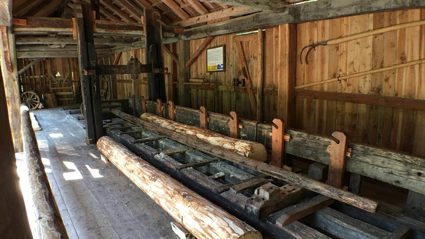 Das alte Sägewerk wurde als kleines Museum erhalten. Und es zeigt, wofür das Val di Sole früher berühmt war: Extrem witterungsbeständiges Lärchenholz, das sogar für die Holzkonstruktionen der Häuser in der Lagune von Venedig benutzt wurde.