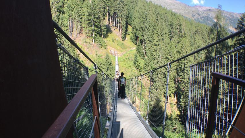 Die Brücke ist gut 100 Meter lang und hängt teilweise 60 Meter über dem Gelände.