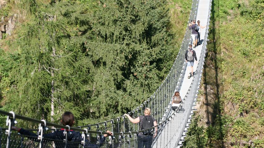 Im Val di Rabbi, einem Seitental des Val di Sole, überquert diese Hängebrücke in 1366 Metern Höhe die Wasserfälle des Wildbachs Ragaiolo. Die Brücke ist zu jeder Jahreszeit begehbar, zu Fuß oder mit Schneeschuhen.