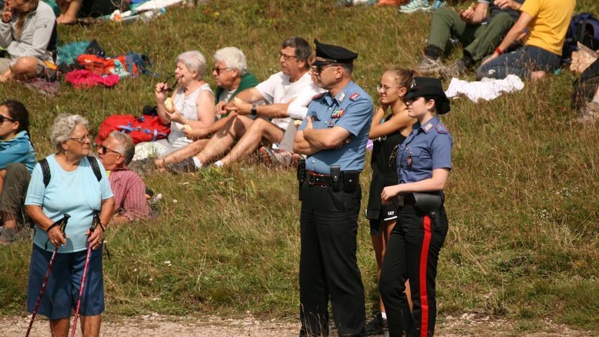 Auch die Polizisten...