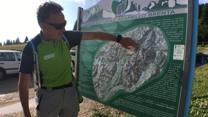 Bergführer Italo Menabace (56) erklärt auf dem Weg, was es mit dem Monte Peller auf sich hat. Er ist der nördlichste Berg der Brentadolomiten und trennt das Nonstal und das Val di Sole. Weil er so alleine steht, bietet sich oben eine grandiose Fernsicht.