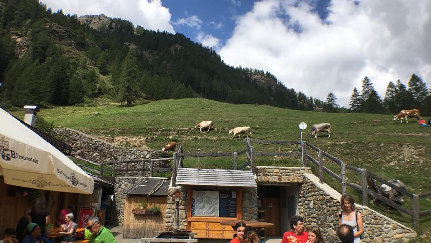 Die Almhütte Stablasolo liegt auf 1539 Metern Höhe. Der Weg hierher ist auch für Kinder gut zu schaffen. Wer will, kann sich hier nach dem Aufstieg erholen und dann entweder zurück ins Tal oder weiter zu den Wasserfällen des Naturparks wandern. Im Almladen gibt es Käse und Milch zum Mitnehmen.