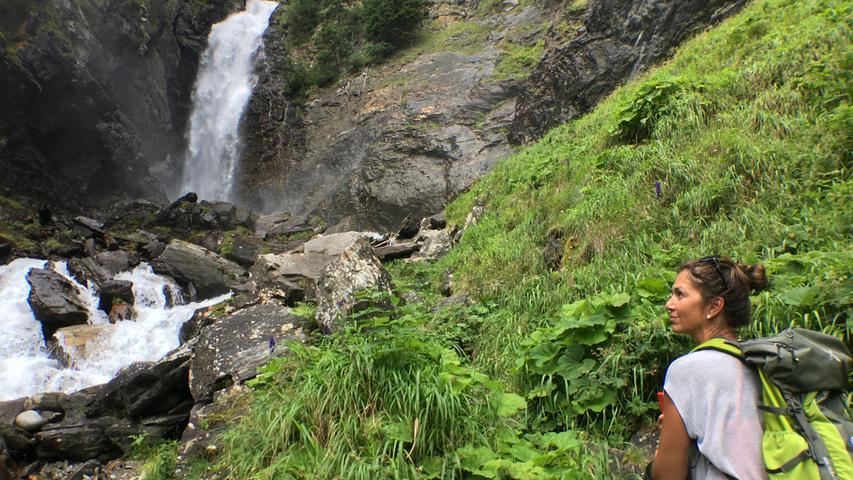 Der Saent-Wasserfall an der Quelle des Wildbachs Rabbi. Er ist auf einer Ringstrecke zu erreichen, die sich gut ein einer Dreiviertelstunde erwandern lässt.