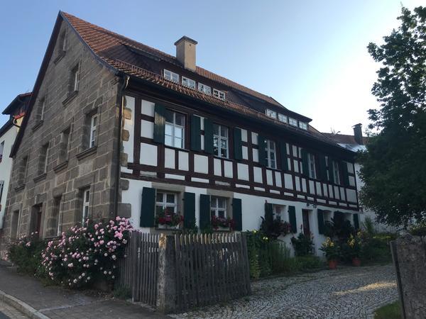 In seinem Ackerbürgerhaus empfing sie Heinz Stark, Kreisheimatpfleger aus Plech.