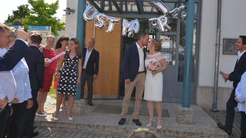 Er hat, selbstverständlich unterstützt von der Braut, den Chef ganz schön bezirzt, letztlich waren beide erfolgreich, ging ihr großer Wunsch in Erfüllung: Marko Federl und Michaela Wittmann haben in Berg geheiratet. Und dafür galt Bürgermeister Helmut Himmler nach dem Ja-Wort großer Dank,