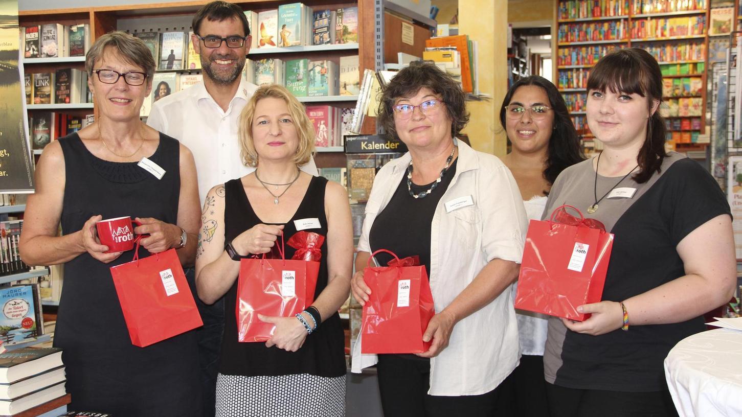 Glückwunsch mit Geschenken: Der Bürgermeister gratulierte dem Team von Sonja Freyberger (3.v.re.) zum Buchhandlungspreis.