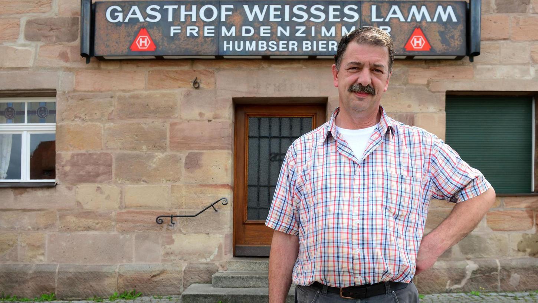 Die Humbser-Reklame an der Fassade stammt noch aus den 1970er Jahren: Hans-Günther Fischhaber, Wirt in Roßtal, vor seinem Gasthaus.