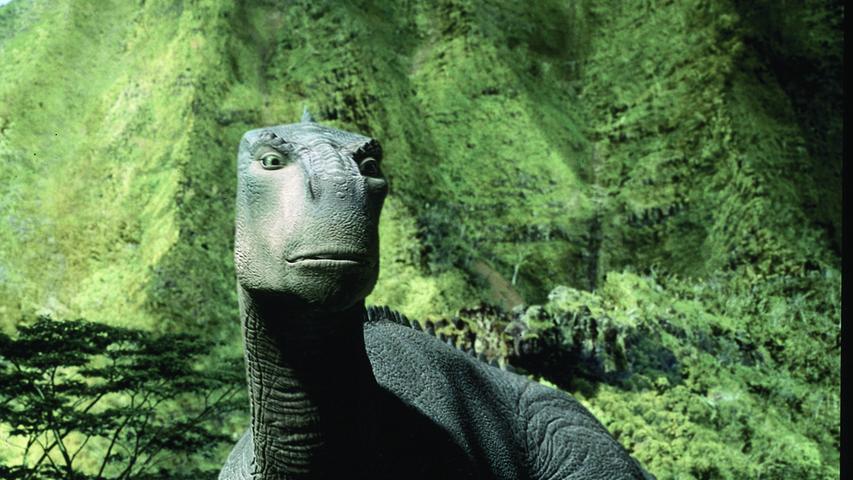 Die Machart dieses Films ist etwas besonderes, weshalb er es auch in diese Liste geschafft hat: Disneys Dinosaurier ist ein Animationsfilm, der über echte Naturaufnahmen gelegt wurde. Damit griff das Studio die Idee von vorhergehenden Filmen wie beispielsweise Mary Poppins auf, wo Zeichentrickfiguren mit echten Menschen agieren. Dinosaurier erzählt die Geschichte des Iguanodons Aladdar, der bereits als Ei von seiner Herde getrennt wird und über Umwege zu einer Lemurenfamilie gelangt. Er wird von Plio, Yar, Sini und Suri aufgenommen und großgezogen. Aufgrund eines Meteoriteneinschlags sind sie gezwungen, eine neue Heimat zu finden und schließen sich dabei einer großen Gruppe Saurier an, die dasselbe Ziel verfolgen. Kämpfe um die Rangordnung und das tägliche Überleben sind dabei an der Tagesordnung, außerdem gibt es da ein paar Fleischfresser, die für viel Spannung sorgen...