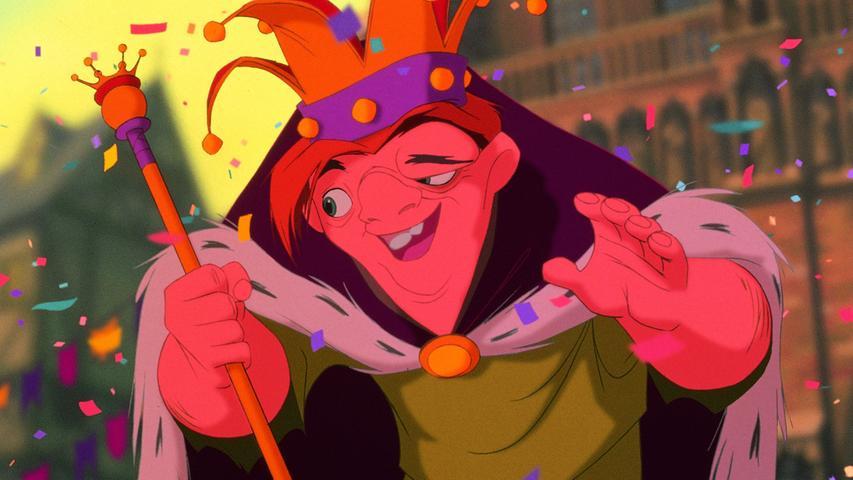 Wie von Disney so üblich, wurde aus der sehr düsteren und blutigen Romanvorlage von Victor Hugo eine viel kinderfreundliche Version des Glöckners von Notre Dame. Dennoch ist er ein relativ düsterer Film, mit ernsten Themen wie die Verfolgung von in Paris lebenden Zigeunern und der sexuellen Besessenheit Claude Frollos von Hauptfigur Esmeralda. Das macht ihn auch so einzigartig: Die närrischen Zigeuner treffen hier auf den konservativen Frollo, dazwischen geraten der aufrichtige Ritter Phoebus und natürlich die Titelfigur, der Glöckner Quasimodo. Dieser Disney-Film begleitet einen gutmütigen, mutigen Helden, der einmal mehr beweist, dass wahre Schönheit von Innen kommt.