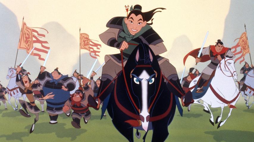 Eine taffe, junge Chinesin, die eigentlich nur ihrem kranken Vater helfen will und dann plötzlich das ganze Land retten muss: Mulan ist nicht das, was sich ihre Familie von einer typischen jungen Frau erwartet. Sie zieht zusammen mit der kaiserlichen Armee gegen die Hunnen in den Krieg. Unterstützt wird sie dabei vom familieneigenen Drachen Mushu und einer kleinen Glücksgrille. Auch ihr Pferd Kahn und natürlich die Soldaten Shang, Yao, Ling und Chien Po sind dabei an ihrer Seite. Ein sehr spannender und mitreißender Disney-Film, in dem eine junge Frau zur Heldin wird und zur Abwechslung nicht selbst gerettet werden muss.