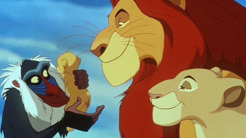 Er zählt als der erfolgreichste und beliebteste Disney-Film aller Zeiten, weshalb er auch in dieser Bildergalerie nicht fehlen darf: Der König der Löwen. Millionen von Zuschauern begeisterte die Geschichte um den kleinen Löwen Simba. Kein Wunder, denn der Film zählt eindeutig zu den Meisterwerken der Filmstudios. Simba muss als Junges nicht nur lernen, was der Verlust eines geliebten Löwen bedeutet, sondern auch, wie er in einer rauen Welt außerhalb seines Zuhauses überlebt. Dabei werden Jäger und Beute zu Freunden, Intrigen werden aufgedeckt und natürlich bringt eine junge Liebe alle zum Dahinschmelzen. Definitiv ein Muss auf der Disney-Liste!
