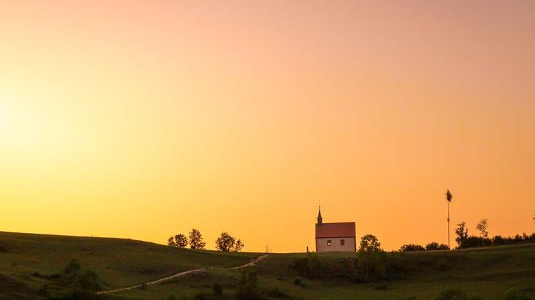 Ein Sonnenuntergang zum Träumen: Ute Weidinger zeigt auf ihrer gleichnamigen Instagram-Seite viele verschiedene und schöne Natur- und Landschaftsfotos aus der Region. Hier hat sie die Walburgiskapelle auf dem Walberla vor einem Himmel in zarten Orangetönen in Szene gesetzt.