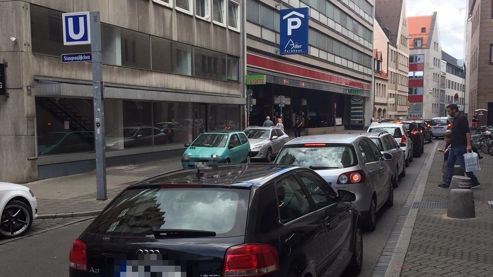 Dieses Archivbild ist keine Seltenheit mehr: In der Adlerstraße staut es sich, zum Beispiel wegen Falschparkern.