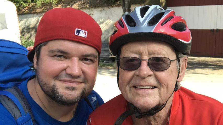 Noch ein Schwenk auf den Schwerlastverkehr und das Video über den Brückenabriss in Artelshofen ist im Kasten. Kamera läuft, Action... und Stopp! Mir fährt ein Rennradfahrer mitten ins Bild. Der entpuppt sich wenige Sekunden später als mein Gastgeber für den darauffolgenden Tag in Velden. Andreas Brendl, im roten Radlerdress, ist mal wieder auf seinem Rennrad unterwegs. Daran hindern ihn auch seine 81 Jahre nicht. Er klopft auf seinen Tacho und mir verschlägt es die Sprache: 91.500 Kilometer ist er auf seinem Rad schon durch das Nürnberger Land gefahren. Respekt! Der steigt noch, als ich am nächsten Tag die Steigung sehe, die es zur Pension Andreashof hinaufgeht.