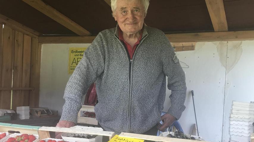 In einem kleinen Holzhaus, inmitten von Kisten voller Kirschen und Erdbeeren, sitzt Hans Arold und liest. Der Autolärm auf der dicht befahrenen Straße nur wenige Meter neben ihm stört ihn offenbar nicht. Mich bemerkt er zunächst auch nicht, so versunken ist er in seine Lektüre. In den Sommermonaten kommt der 86-Jährige jeden Tag hierher, sogar am Sonntag, und verkauft sein Obst. Manches davon baut er selbst an. Chemie nutzt er dafür nicht, erzählt er mir, denn
