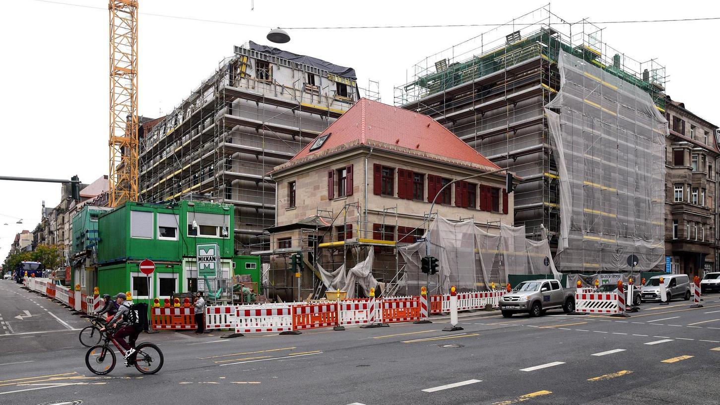 Wieder hübsch, aber bedrängt: das denkmalgeschützte Haus an der Ecke Karolinenstraße und Schwabacher Straße wird von zwei Neubauten flankiert.