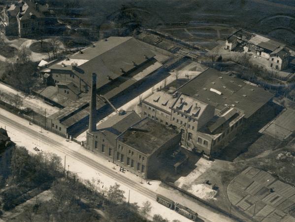 Wo sich heute der Norikus, erbaut von 1968 bis 1972, und ein Parkplatz befinden, stand um 1920 die Brauerei Zeltner (Bildmitte) mit der Villa der Inhaberfamilie (links oben).