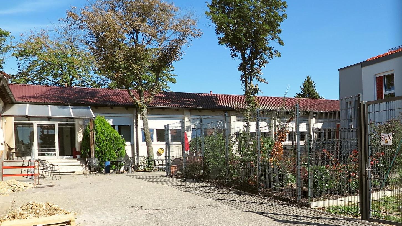 Das alte Schulhaus war vor 30 Jahren die Keimzelle der Einrichtung für psychische Langzeiterkrankte der Arbeiterwohlfahrt im kleinen Auernheim. Nun hat die Awo das U-förmige Gebäude grundlegend saniert und neu ausgestattet.